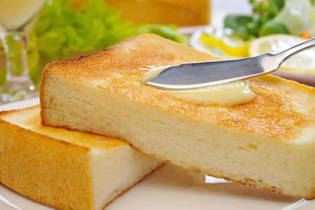トーストにバターを塗る