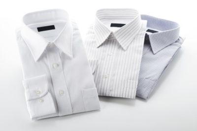 白背景に折り畳んだワイシャツ