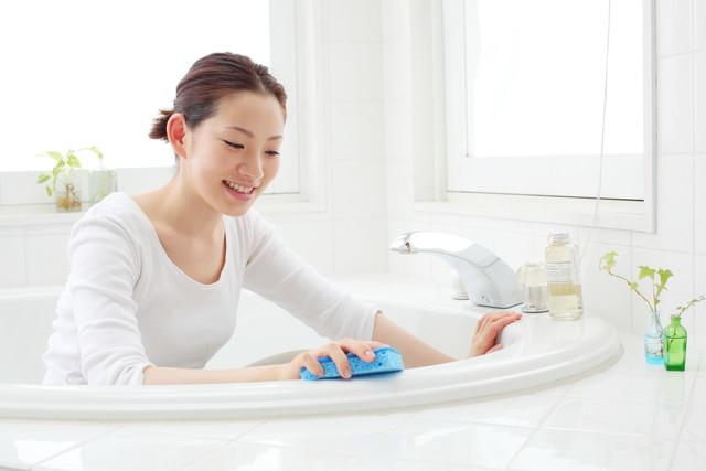 風呂掃除をする女性