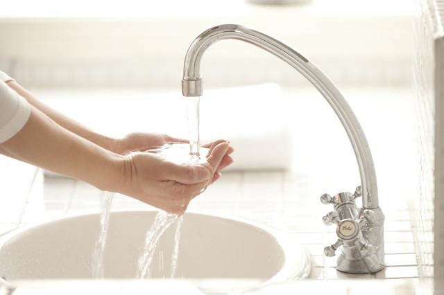 洗面所で水を流す