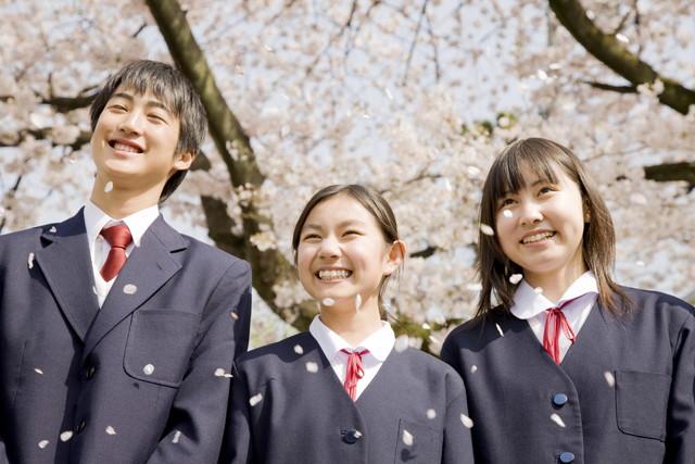 桜の下で笑顔の学生