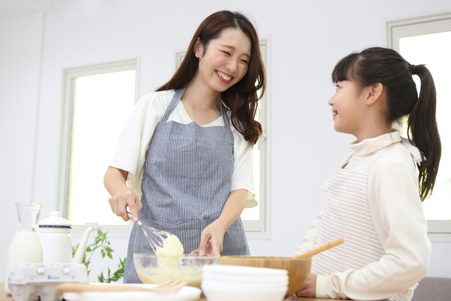 調理するお母さん