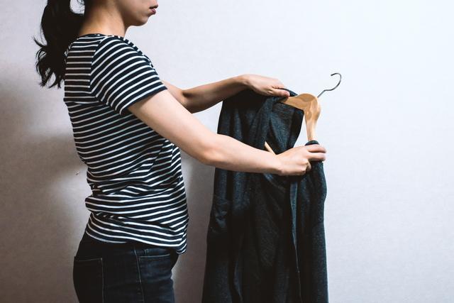 古着を持つ女性