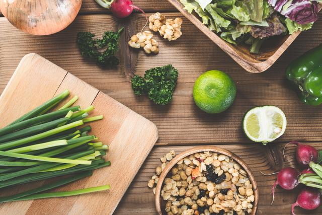 木の食器とナチュラルフード