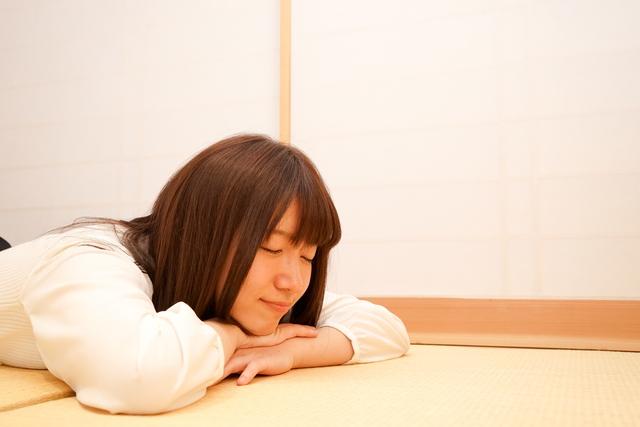 畳でくつろぐ女性