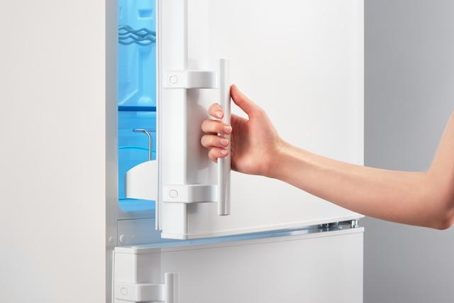 冷蔵庫のドアを開ける人