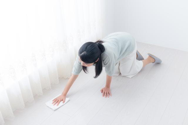 雑巾がけをする女性