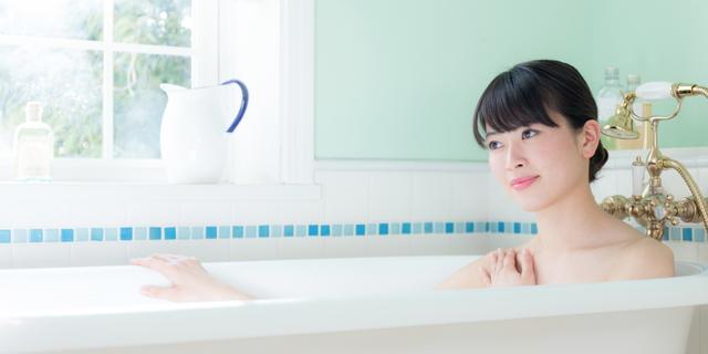 朝風呂で目覚める女性