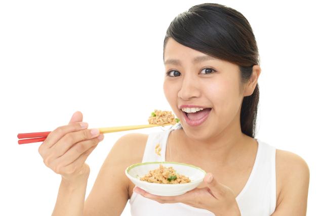 納豆を食べる女性