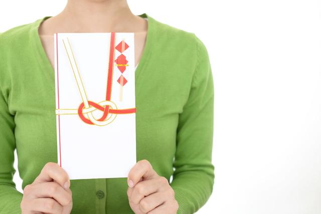 祝儀袋を持つ女性