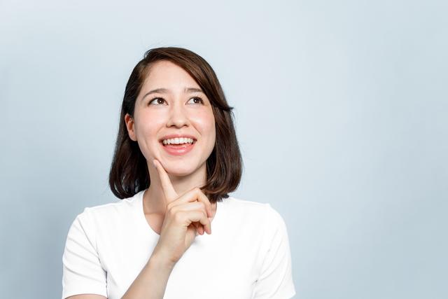 嬉しそうな表情をする女性