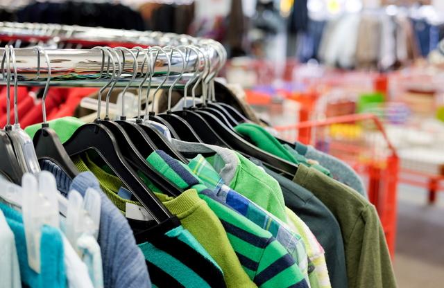 リサイクルショップに並ぶ服