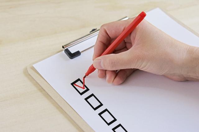 クリップボードと赤ペン
