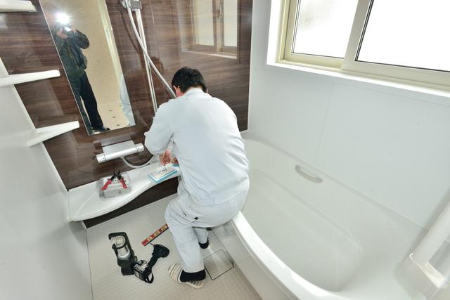 バスルームを工事する人