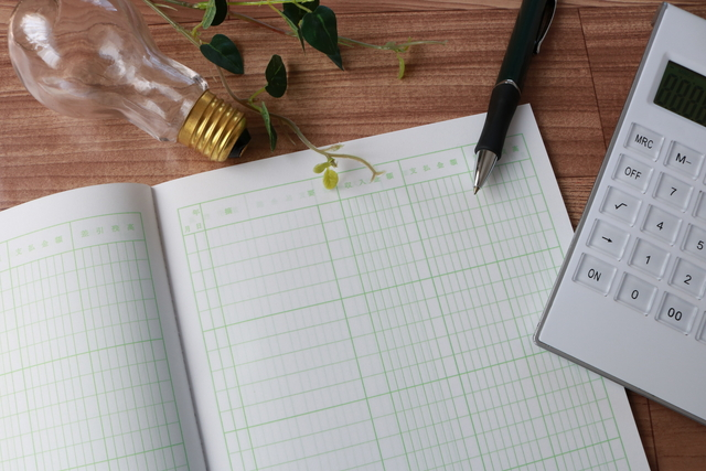 新しい家計簿とペンと電卓