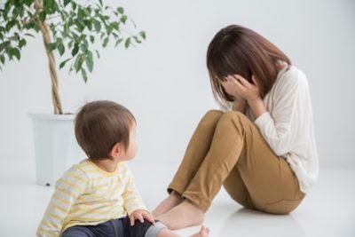 育児に悩む女性
