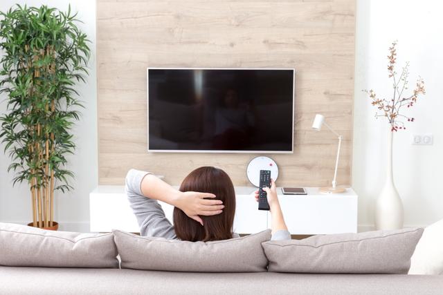 リビングでテレビを見る女性