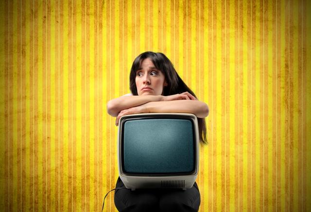 テレビを抱える女性
