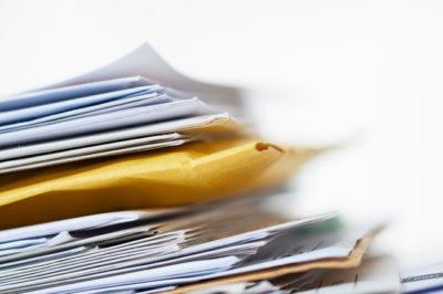 山積みの郵便物