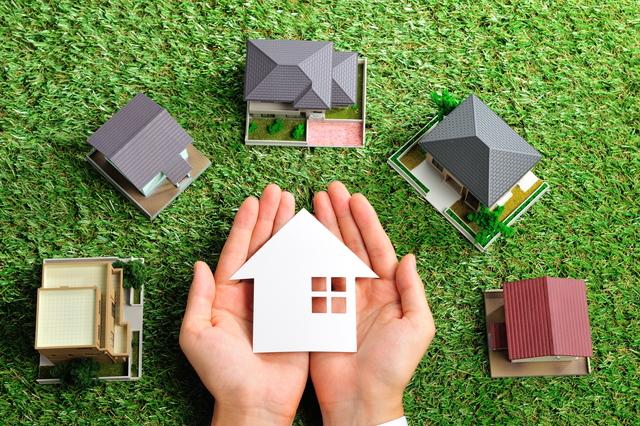 芝生と沢山の家の模型