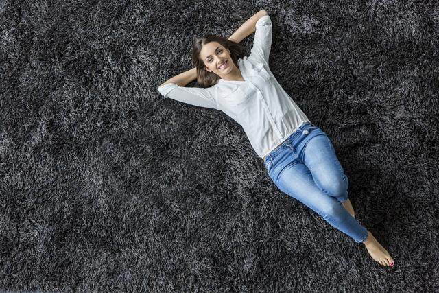 カーペットに寝そべる女性