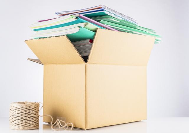 ダンボール箱と山積みファイル