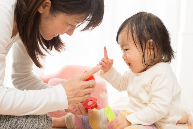 赤ちゃんと遊ぶママ