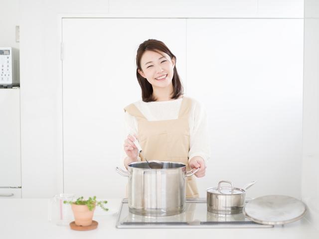 料理中の女性