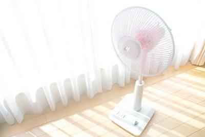窓辺に置かれた扇風機