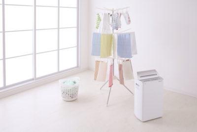 室内物干しに干された洗濯物