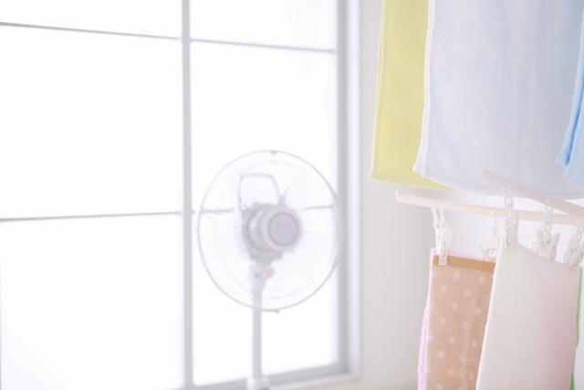 扇風機で衣類を乾かす