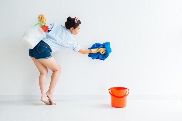 壁を拭く女性