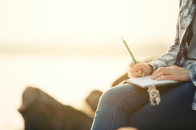 書き物をする女性