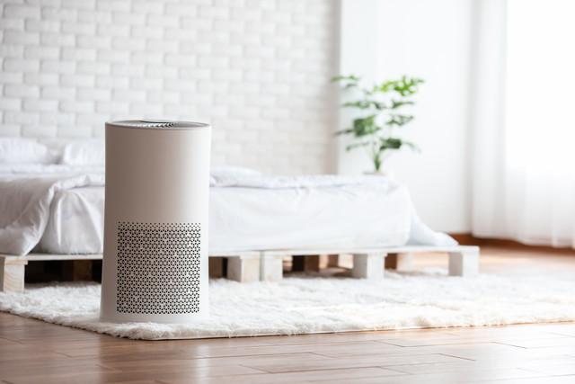 居心地の良い白いベッドルームの空気清浄機