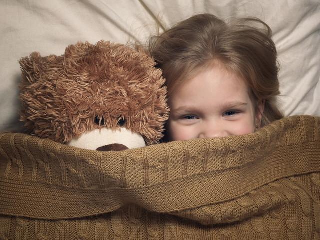 毛布をかぶった子供