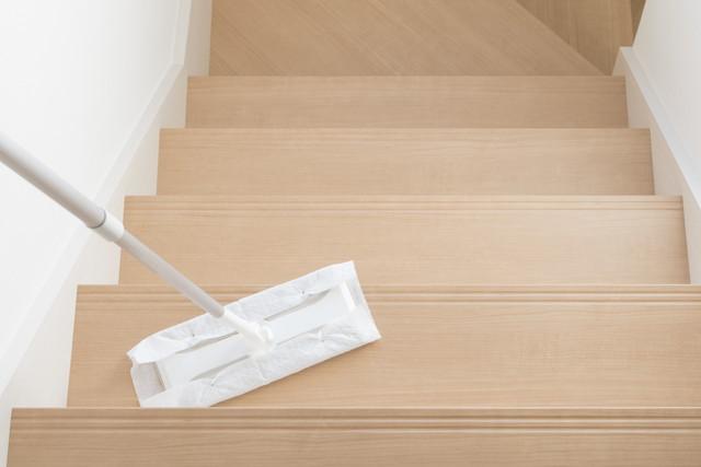 階段のモップ掃除