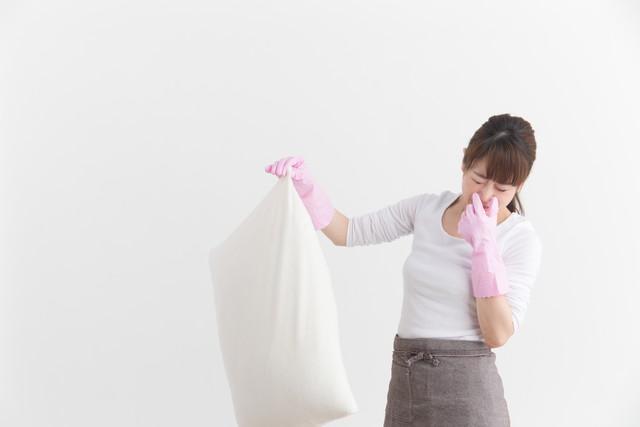 臭い枕を洗う女性