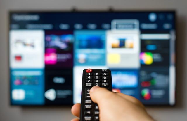 液晶テレビとリモコン