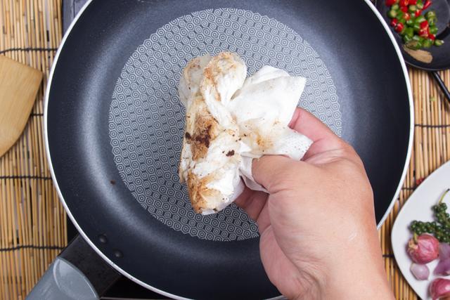 キッチンペーパーで汚れ取り