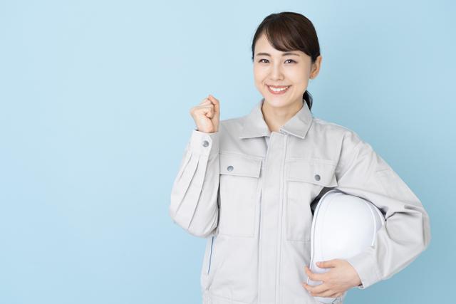 きれいな作業着で笑顔の女性