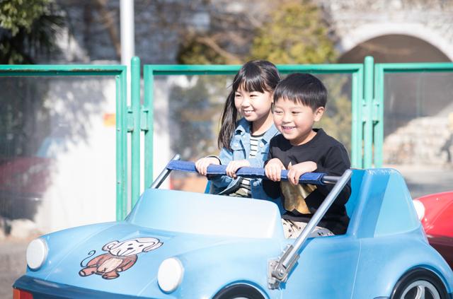 乗り物に乗る子供