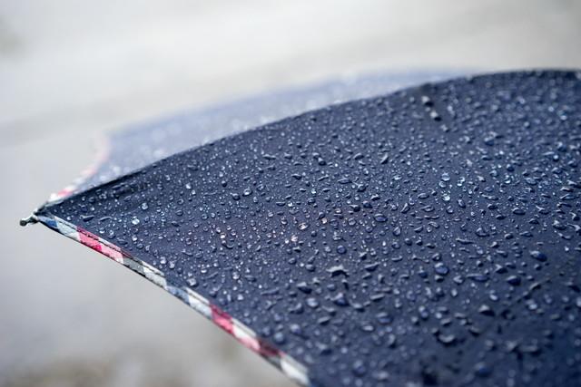 水を弾いている傘