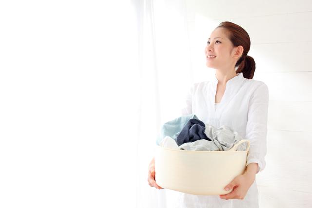 洗濯物を持つ女性