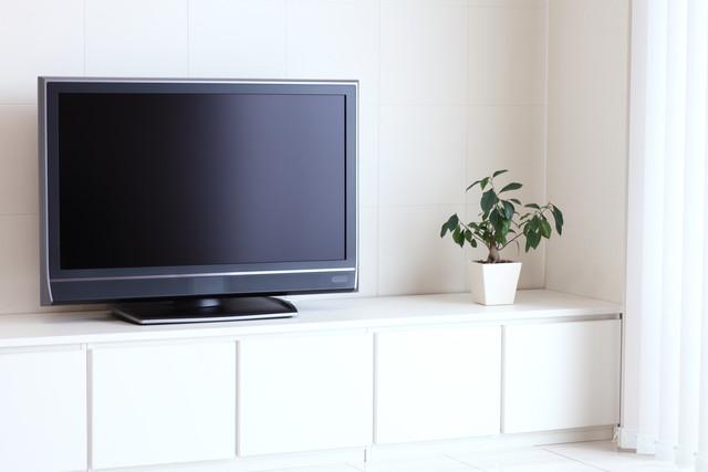 白い部屋にある液晶テレビ