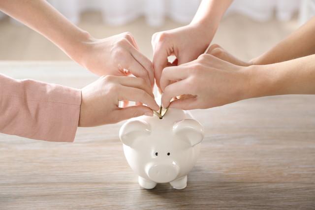 家族と貯金箱