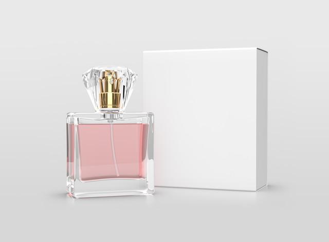 白い箱とピンクの香水