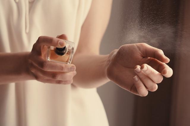 手首に香水を吹きかける瞬間