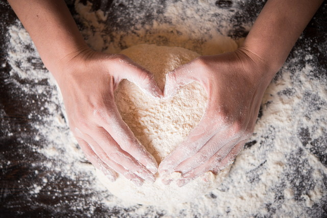 粉を混ぜている手