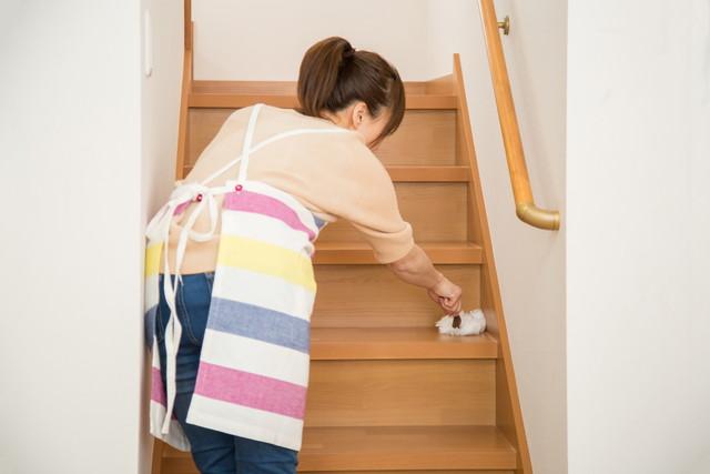 階段を掃除する女性