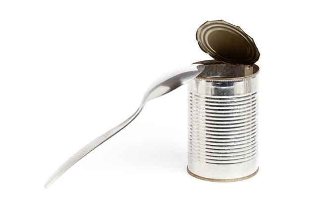 スプーンで缶を開ける